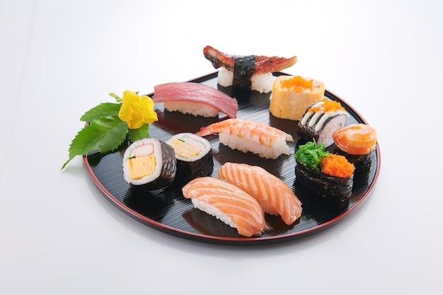 Comida japonesa. sushi com frutos do mar no fundo branco