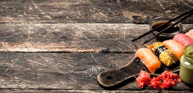 Comida japonesa sushi de frutos do mar frescos com wasabi no antigo fundo de madeira