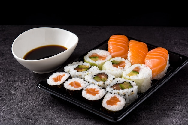 Comida japonesa: sushi maki e nigiri definir fundo preto