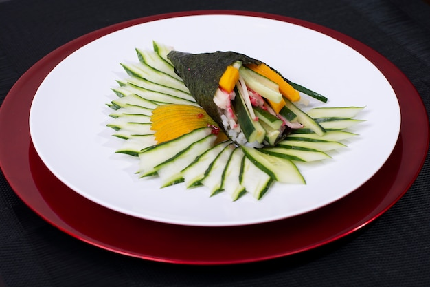 Comida japonesa sushi roll temaki com peixe fresco e legumes