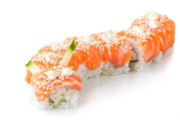Comida japonesa tradicional de sushi japonês. rolos feitos de salmão
