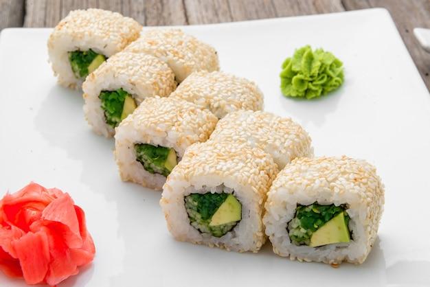 Comida japonesa tradicional e pãezinhos com frutos do mar frescos