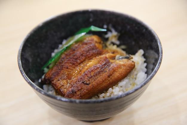 Comida japonesa unadon em fundo de madeira