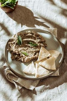 Comida judaica de alto ângulo no prato
