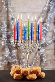 Comida judaica símbolo do feriado judaico queques do feriado judaico compostos de elementos da menorá de hanukkah ...