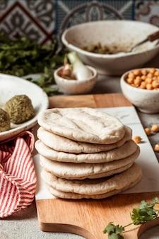 Comida judaica tradicional deliciosa de alto ângulo