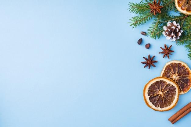 Comida laranjas nozes especiarias pinhas árvore de natal em azul