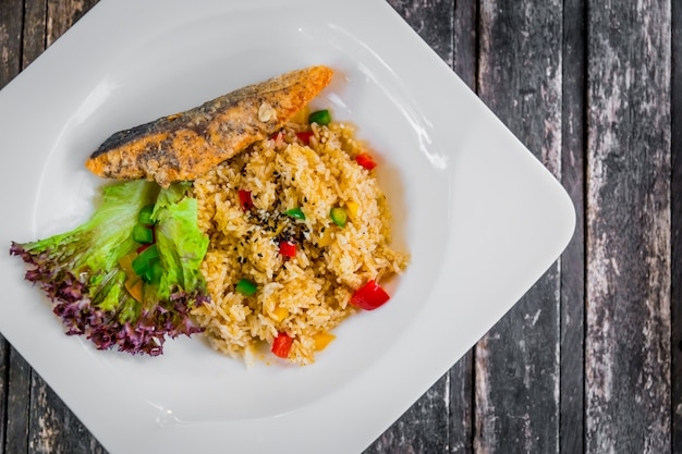 Comida limpa comida saudável arroz frito cozinha com gergelim vegetal e salmão peixe servido