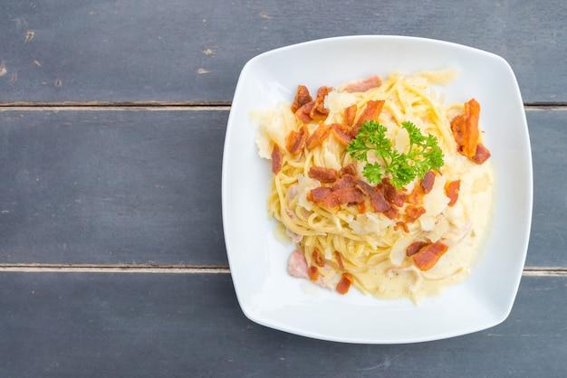 Comida mediterrânea carne carbonara garfo