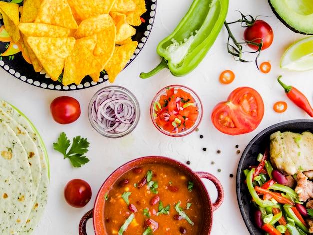 Comida mexicana com tigelas de legumes