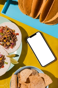 Comida mexicana e smartphone flat lay