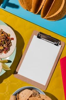 Comida mexicana e vista superior da prancheta