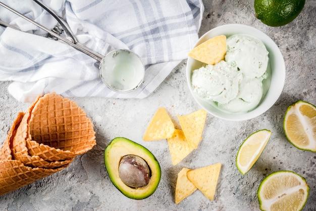 Comida mexicana, limão orgânico caseiro e sorvete de abacate, com casquinhas de sorvete, fatias de tortilha doce. em uma mesa de pedra cinza, copyspace