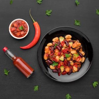 Comida mexicana picante com molho de pimenta