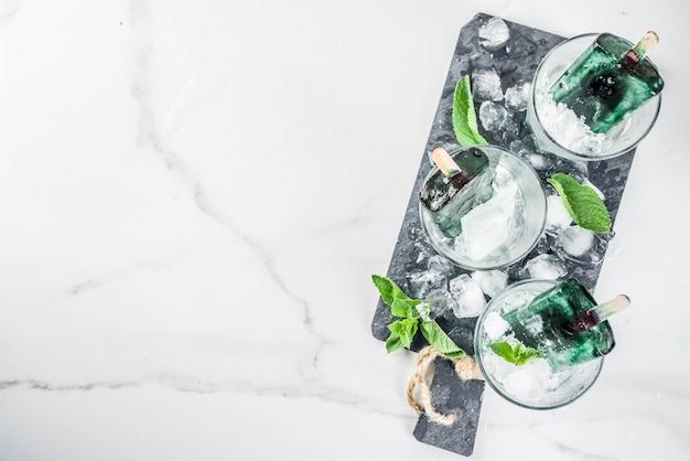 Comida moderna, sobremesas veganas asiáticas, picolés caseiros de sorvete com espirulina de algas
