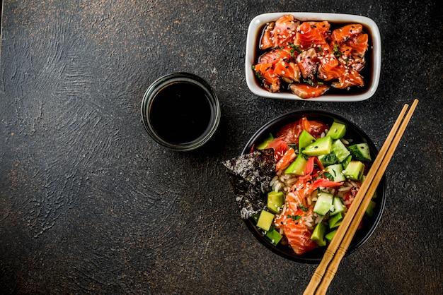Comida na moda asiática, tigela de puxão de sushi