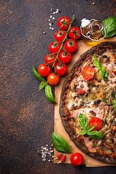 Comida na moda italiana pizza preta