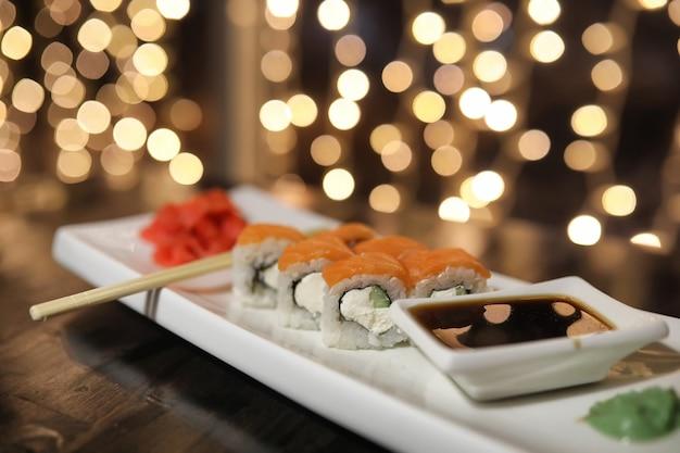 Comida no café sobre a mesa sushi japonês e chá