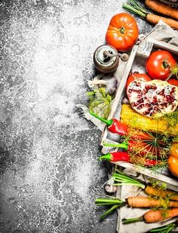 Comida orgânica. colheita de legumes e frutas em uma mesa rústica.