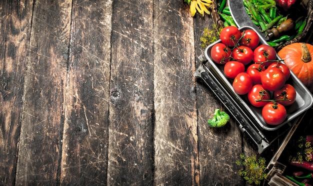 Comida orgânica. colheita fresca de vegetais. sobre um fundo de madeira.