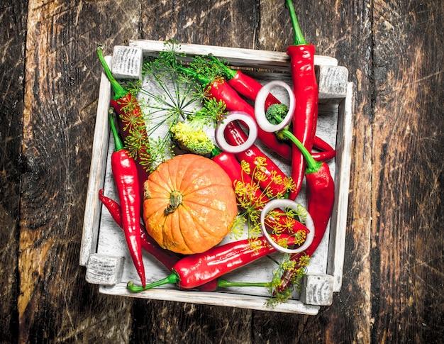 Comida orgânica. colheita fresca de vegetais. sobre uma superfície de madeira.