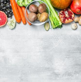 Comida orgânica. grande variedade de frutas e vegetais saudáveis na mesa de madeira.