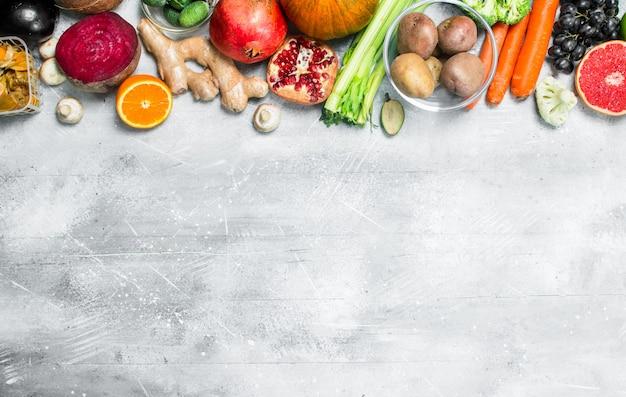 Comida orgânica. grande variedade de frutas e vegetais saudáveis na mesa rústica.