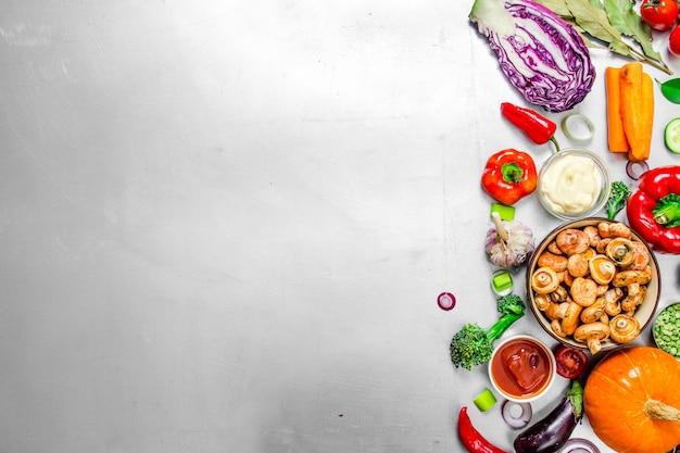 Comida orgânica. legumes frescos com cogumelos. no fundo de aço.