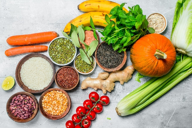Comida orgânica. legumes saudáveis e frutas com legumes na mesa rústica.