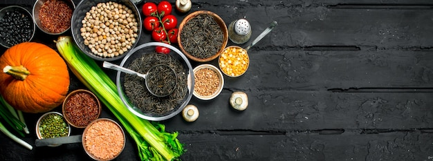 Comida orgânica. variedade de frutas e vegetais com leguminosas.