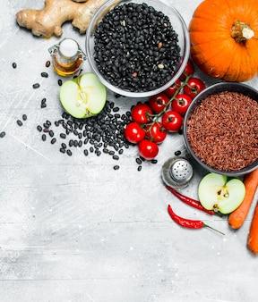 Comida orgânica. variedade saudável de vegetais e frutas com legumes. sobre uma mesa rústica.