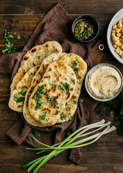 Comida paquistanesa em tecido plano