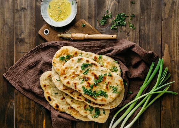 Comida paquistanesa em uma placa de madeira acima da vista
