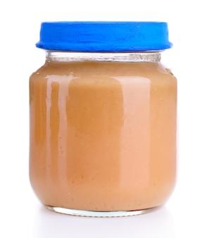 Comida para bebê em frasco de vidro, isolado no branco