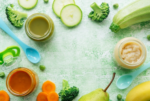 Comida para bebês, variedade de purê de frutas e vegetais, planta plana, vista de cima, espaço para texto