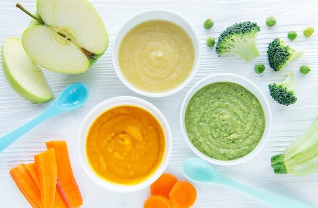 Comida para bebês, variedade de purê de frutas e vegetais, planta plana, vista de cima