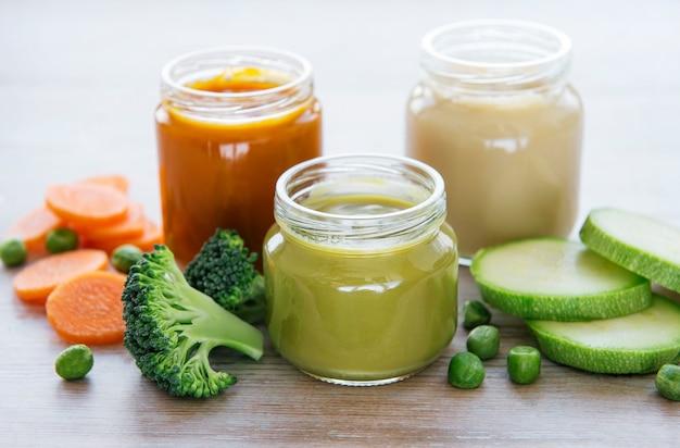 Comida para bebês, variedade de purê de frutas e vegetais