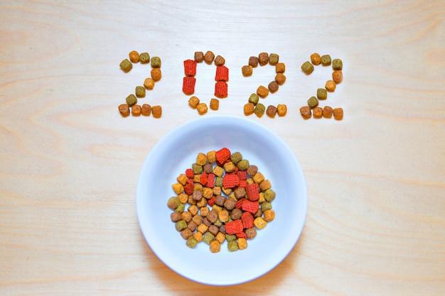 Comida para cães e gatos e o ano novo. rótulo de alimentos secos. petiscos em 2022