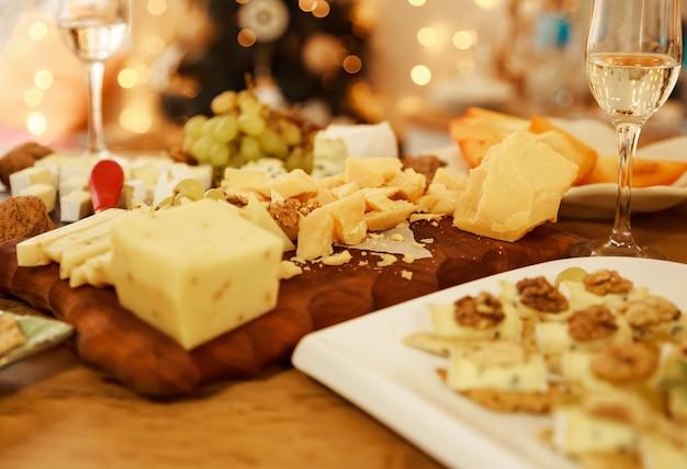 Comida para vinhos e românticos, delicatessen de queijo. design do menu