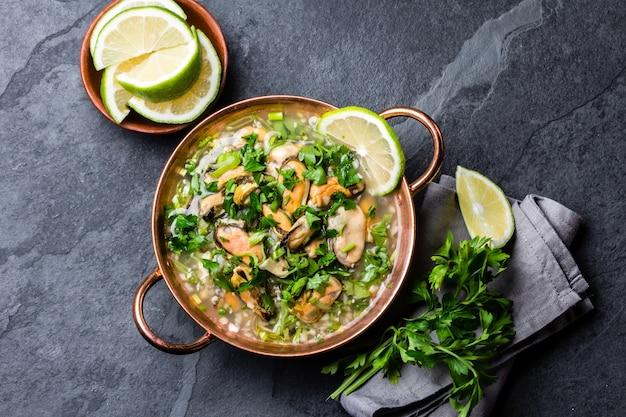 Comida peruana. ceviche de mexilhões. sopa fria com frutos do mar, limão e cebola