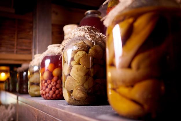 Comida preservada em uma prateleira de madeira na poeira.