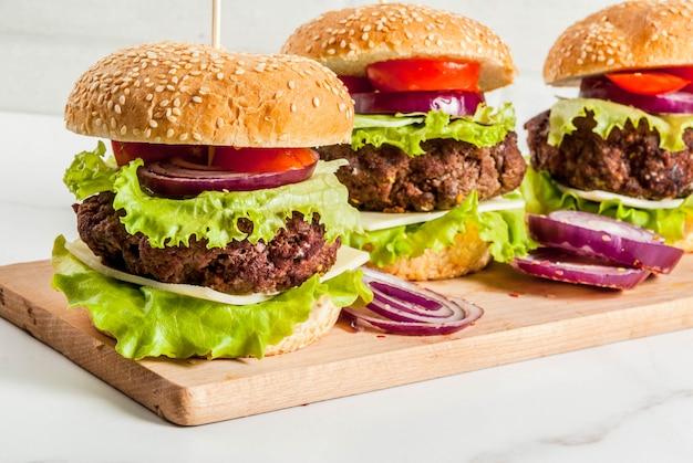 Comida rápida. alimentos não saudáveis. deliciosos hambúrgueres saborosos frescos