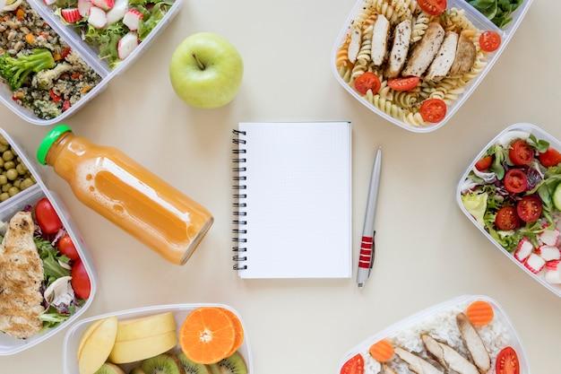 Comida saborosa com notebook