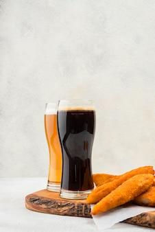Comida saborosa e copos de cerveja