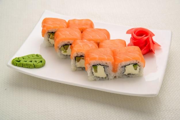 Comida saborosa e saudável. conjunto de sushi, comida japonesa