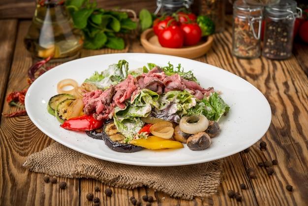 Comida saudável, bela e saborosa comida num prato, numa mesa de madeira
