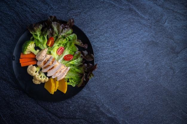 Comida saudável com legumes e frango grelhado