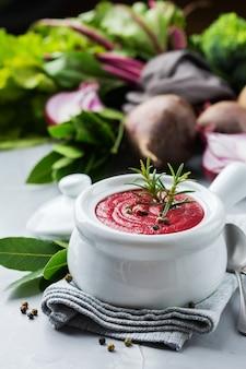 Comida saudável, conceito de alimentação limpa. sazonal outono outono legumes sopa cremosa de beterraba com ingredientes na mesa da cozinha