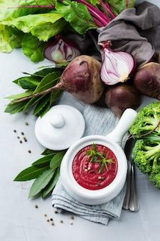 Comida saudável, conceito de alimentação limpa. sopa cremosa de beterraba sazonal outono outono vegetais com ingredientes na mesa da cozinha. vista superior do plano de fundo