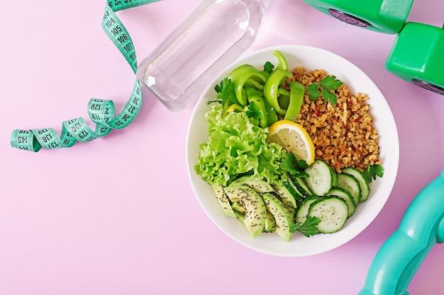 Comida saudável conceito e estilo de vida esportivo. almoço vegetariano. alimentação saudável. nutrição apropriada. vista do topo. postura plana.